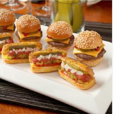 Mini hot dogs and mini hamburgers are easy to eat during your cocktail reception while standing. Mini Hot Dogs, Fingerfood Baby, Mini Hamburgers, Gluten Free Puff Pastry, Snacks Für Party, Night Snacks, Mini Foods, Clean Eating Snacks, Finger Foods