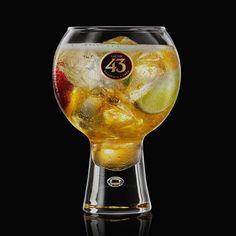 Sangria 43 Cava is de perfecte cocktail op elk zomers feestje. Gebruik appels en sinaasappels, of varieer met je eigen favoriete fruitsoorten.