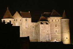 L'imposante silhouette du Château fort de Dieppe domine la paisible petite cité portuaire qui s'étend à ses pieds, juché sur sa falaise de craie. Le promontoire est occupé depuis la fin du 12°s, mais l'actuel bâtiment fut élevé aux 14° et 15°s essentiellement en grès et en silex. Ses défenses furent complétées et étendues au 16°s. Il abrite aujourd'hui le musée de la ville et sa riche collection d'ivoires.