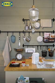 Mit der richtigen Aufbewahrung, wie der neuen HULTARP Serie, hast du in der Küche immer alles schnell zur Hand. Small Appliances, Home Appliances, Baking Station, Drawer Dividers, Wall Organization, Traditional Kitchen, Wall Spaces, Space Saving, Countertops