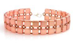 Veľmi svieži náramok z lesklých štvorčekových korálok lososovo ružovej farby kombinovaných s drobnými korálkami. ...