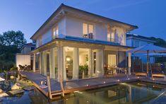 Das kompakte, fast quadratische Einfamilienhaus mit 125 Quadratmetern Wohnfläche erfüllt dank zweier Vollgeschosse, eines 22 Grad geneigten Zeltdaches und intelligenter Raumzuschnitte alle Anforderungen an die Funktionalität: Im Erdgeschoss befindet sich ein offen gestalteter Wohn- und Essbereich mit Küche. Im Dachgeschoss sind Schlafzimmer, großzügiges Bad und Kinderzimmer für den späteren Nachwuchs vorhanden. Die offene Gestaltung und ein Sichtdachstuhl lassen das kleine Haus größer wirken… Style At Home, Villa, Prefab, Close Image, Conservatory, Home Fashion, Architecture Art, Pergola, Sweet Home