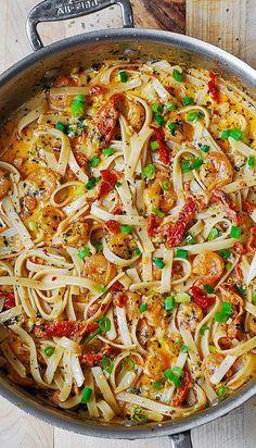 Knoflook garnalen en zongedroogde tomaten met pasta in Spicy romige saus