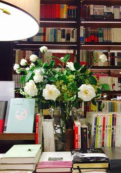 来自@董悠悠呦 童鞋的推荐 一直担心下次来这书店还有没有 买了三本书支持他家 很舒服且精致的地儿 这次在上海浪的最后一个晚上 feeeeel so gooood #Sober Lookfinis#March 18 2017 at 09:08PM#via-IF