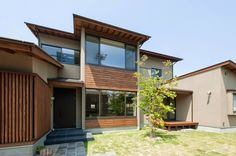 位於三重県津市的「津の家」,是建築師 岡本一真的作品。 在東西狹長的基地,選擇讓住家的開口面向南方,讓陽光和自然風從庭院引入室內,挑用最優雅的無垢木和鉄平石,讓住家內部和外觀氛圍,都能與這個地區原本的建築相合。 Shiho的住宅作品中,也常常提倡置入榻榻米的空間,爲的是除了感受到些許藺草香氣之外,也讓隨時席地而坐、臥的閒適生活能夠徹底實踐!年輕夫妻為小嬰兒隨地更換尿布或小嬰兒學習爬行及走路時,更是得到了很好的保護呢! via プリヤデザイン一級建築士事務所