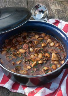 Boeuf bourguignon - Beer, BIER and Food - Salade Healthy Slow Cooker, Slow Cooker Beef, Healthy Crockpot Recipes, Beef Recipes, Cooking Recipes, Food Platters, Food Dishes, Tapas, Curry