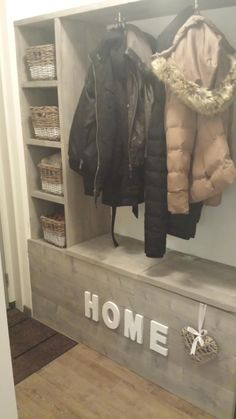 Bekijk de foto van jasmijnn met als titel Zelfgemaakte kapstok van steigerhout! Met vakjes en opbergruimte in de onder bak. en andere inspirerende plaatjes op Welke.nl.