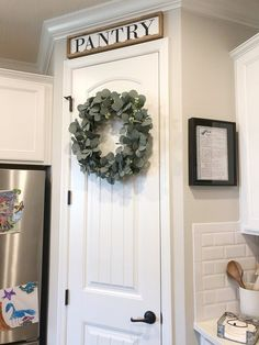 Simple Kitchen: 60 Beautiful and Cheap Decoration Tips! Kitchen Cabinets Decor, Kitchen Signs, Farmhouse Kitchen Decor, Home Decor Kitchen, New Kitchen, Home Kitchens, Kitchen Ideas, Awesome Kitchen, Modern Farmhouse