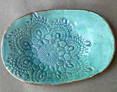 Ceramic Lace Trinket Dish Soap Dish Pale Sea Green edged in gold Wholesale available,ceramic Keramikspitze Trinket Dish Seifenschale Pale Sea. Hand Built Pottery, Slab Pottery, Ceramic Pottery, Diy Tableware, Handmade Stamps, Pottery Classes, Jewelry Dish, Pottery Designs, Antique Lace