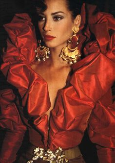 Christy Turlington no backstage da alta-costura de Christian Lacroix outono-inverno 1990/91
