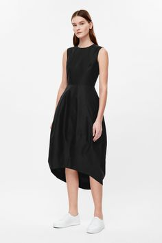 Made from a lightly textured blend of silk and cotton, this dress comes in and the waist and flares towards a cocoon-shaped skirt. Sleeveless, it has a simple round neckline, inseam pockets and is a hidden zip fastening along the back.