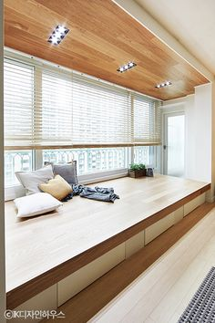 Bay Window Ideas Blending Functionality with Modern Interior Design Japanese Interior Design, Home Interior Design, Interior Architecture, Muji Home, Apartment Interior, Minimalist Home, House Rooms, Room Decor Bedroom, Tiny House