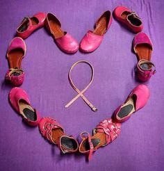 Este mes nos ponemos nuestros zapatos color rosa para caminar en los pies de estas grandes GUERRERAS que combaten el CÁNCER DE SENO.
