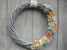 DIY Yo Yo Wreath #craft tutorial. So simple and pretty. #InspireMe