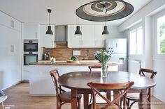 Une cuisine ouverte sur la salle à manger, toute de blanc et de bleu, Essonne, ADC l'atelier d'à côté - architecte d'intérieur