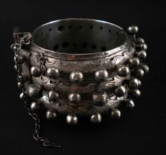Africa | Vintage silver mauritanian bracelet with beautiful engraved decoration. Opens and closes with a pin.