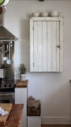 Rustic Wall Cabinet - a chippy painted vintage cupboard is modified to fit in a farmhouse kitchen - via Rustic Farmhouse: My Wall Cupboard - finally up for Mothers Day! Decor, Diy Kitchen Cabinets, Farmhouse Dining, Vintage Cupboard, Rustic Kitchen Cabinets, Rustic Kitchen, Wall Cupboards, Shabby Chic Kitchen, Rustic House