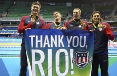 Ouro no 4x100m, Cody Miller, Michael Phelps, Nathan Adrian e Ryan Murphy agradecem ao Rio (Foto: REUTERS/Stefan Wermuth)