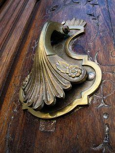 Antique Door Knockers, Door Knobs And Knockers, Knobs And Handles, Door Handles, Cool Doors, Unique Doors, Sculpture Metal, Door Detail, Vintage Doors