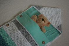Een heerlijk warme trappelzak voor de allerkleinsten tijdens de aankomende koude herfst- of winterdagen. #KobysKreaties Voor meer baby- en kraamcadeaus: www.facebook.com/kobyskreaties Crochet Baby Cocoon, Crochet Baby Toys, Baby Hats Knitting, Baby Blanket Crochet, Diy Crochet, Baby Bunting, Baby Presents, Easy Crochet Patterns, Baby Crafts