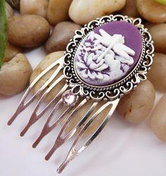 Dieser zauberhafte kleine Haarkamm besteht aus antiksilberfarbenem Metall und einer filigranen Fassung mit wunderschöner Libellen-Kamee in lila-wei...