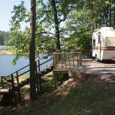 Best Campgrounds in each State Park yourself and your vehicle at these best RV parks in every state for travelers who like to see the world from the comfort of their home on wheels, and you'll surely be a happy camper! Rv Camping Tips, Travel Trailer Camping, Camping Places, Camping Spots, Camping Glamping, Rv Travel, Camping Life, Rv Tips, Camping Ideas