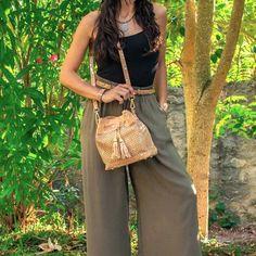 """Unsere neue Beuteltasche """"Alina"""" besteht aus natürlichem Korkmaterial mit silbernen Splitterakzenten. Die Oberfläche ist sehr weich und fühlt sich toll an. ✨ Das auffallende Schuppenmuster macht die Tasche einzigartig und rundet das komplette Design ab. 🐟 Das Hauptfach kann mit den Bändern und einem Magnetknopf verschlossen werden. 🧲 #Kork #Korktasche #Beuteltasche #Verkorkst Bucket Bag, Cork Purse, Bag Women, Top Backpacks, Vegan Handbags, How To Make Handbags, Cork Fabric, Womens Purses, Portugal"""