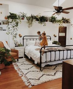 Love the plants above the bed!