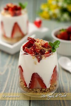 cups of strawberries and cream Milk Latte, Easy Sweets, Baked Alaska, Cocktail Desserts, Strawberry Recipes, Cooking Time, Love Food, Food Inspiration, Italian Recipes