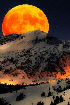 Coucher de soleil derrière la montagne