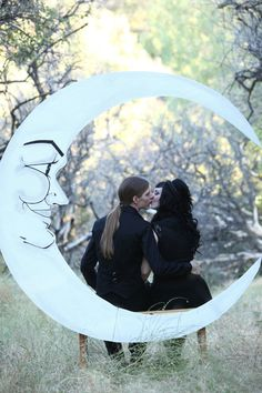 Jazz Age Paper Moon and Bench Photo Booth by DAPPSY on Etsy. Photo Credits © Traveling Tree Photography | www.travelingtreephoto.com | @travelingtreephoto