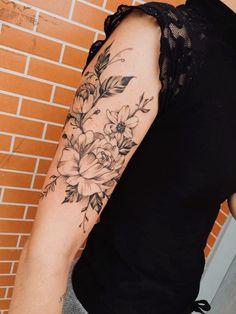 Tatuagens florais em blackwork e fineline: um fenômeno! - Blog Tattoo2me Feminine Shoulder Tattoos, Blackwork, Flowers, Blog, Terrariums, Ink, Minimalist Cat Tattoo, Floral Tattoos, Tattoo Floral