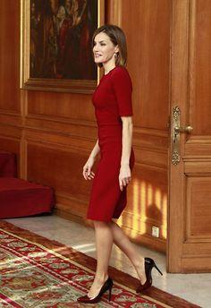 La reina Letizia lució para su primer look del día un Carolina Herrera de color rojo, de manga francesa y escote de pico, que le sentaba sensacional y que estrenó en la inauguración oficial del curso de Formación Profesional