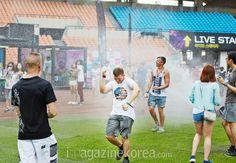 스프링클러에서 나오는 물도 즐겁게 맞을 수 있는 건 UMF만의 매력이다. 메인 스테이지에서는 무대 앞뿐만 아니라 운동장 내 곳곳에서 자신만의 파티를 즐기는 사람들로 가득했다.