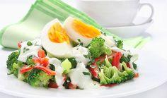 Δροσερή σαλάτα με μπρόκολο, αυγό και σάλτσα γιαουρτιού Egg Salad, Caprese Salad, Potato Salad, Feta, Broccoli, Sushi, Salads, Berries, Sweet Home