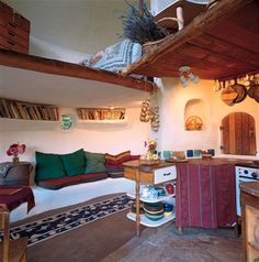 This is not an earthship, but this layout could totally utilize some major space in an earthship. Awesome layout for a bedroom. Cob Building, Building A House, Green Building, Interior Flat, Cob House Interior, Earthship Home, Adobe House, Tadelakt, Natural Homes