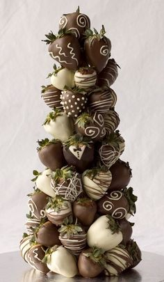 chocolate covered strawberry tree Strawberry Tower, Strawberry Delight, Strawberry Santas, Strawberry Shortcake, Kreative Desserts, Delicious Desserts, Dessert Recipes, Candy Recipes, Love Chocolate