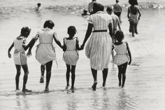 Mother and 4 Daughters Entering Water at Coney Island, Untitled 37, c.1953-64 Fotografisk trykk av Nat Herz hos AllPosters.no