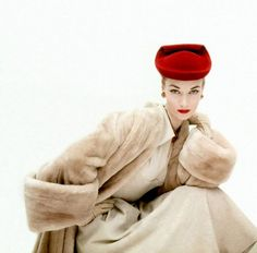 Janet Randy is wearing blond fur coat, scrolled red hat by Balenciaga, photo by Clifford Coffin, November 1951 Moda Vintage, Vintage Fur, Vintage Glamour, Vintage Vogue, Looks Vintage, Vintage Beauty, Vintage Style, Fashion 60s, Moda Fashion