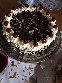 Schwarzwälder Kirschtorte – super easy, ein gutes Rezept aus der Kategorie Tort… Black Forest cake – super easy, a good recipe in the category of pies. Double Chocolate Cheesecake, Raspberry No Bake Cheesecake, Easy Cheesecake Recipes, Cheesecake Desserts, Easy Cake Recipes, Dessert Recipes, Mini Desserts, Easy Desserts, Dessert Simple