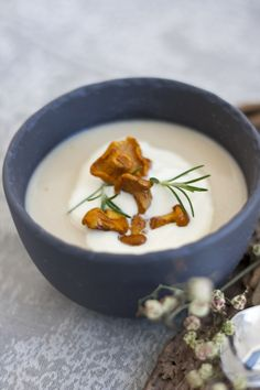Selleriecremesuppe mit Eierschwammerl Bistro Food, Fondue, Soups, Cheese, Ethnic Recipes, Blog, Mushrooms, Food Food, Soup