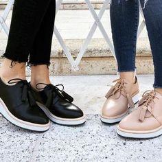 Pois bem, vamos lá: Flat significa plano, raso ou reto, e essa é justamente a característica que define esse calçado, o seu solado é uma plataforma reta, alguns mais altos outros mais baixos.