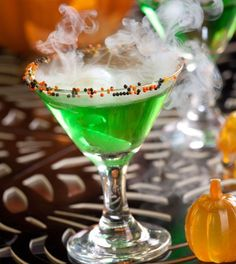 Spellbound (vodka, sour apple schnapps, apple juice) #Halloween #drink.