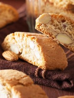 cantuccini anoigma Italian Biscuits, Biscotti Recipe, Italian Dishes, Greek Recipes, Love Food, Deserts, Brunch, Food And Drink, Cooking Recipes