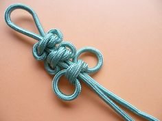How to tie a winged double connection knot Macrame Knots, Macrame Jewelry, Macrame Bracelets, Diy Jewelry, Jewelry Accessories, Paracord Accessories, Paracord Dog Leash, Decorative Knots, Paracord Projects
