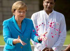 Angela Merkel: Rosen statt Raute: Im Gedenken an Gandhi verstreute Merkel anschließend Blüten. Drei Tage wird Merkel in Indien bleiben. Am Dienstag reist ...