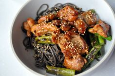 Sesame Black Bean Noodles with Asparagus and Chicken – Replaced the noodles with rice noodles and it was yummy! FULL RECIPE HERE Black Past. Black Bean Pasta, Black Bean Spaghetti, Black Pasta, Spaghetti Recipes, Pasta Recipes, Chicken Recipes, Recipe Pasta, Clean Eating, Healthy Eating