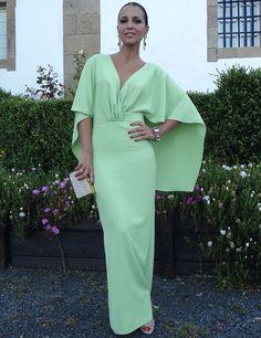 En verde lima, con falda larga de tubo y parte de arriba de una sola pieza con capa incluida. Así es el espectacular vestido de Dolores Promesas Heaven que luce Paula Echevarría. Lo completó con sandalias y clutch con cristales de Bgo&Me.