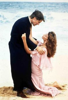 "Richard Chamberlain und Rachel Ward in ""Die Dornenvögel"". Rachel Ward, Die Dornenvögel, The Thorn Birds Movie, Best Tv Couples, Power Couples, The Bourne Identity, Hero Movie, Movies Worth Watching, Messages"