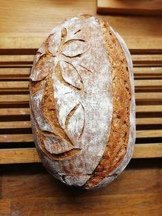 Není nad celozrnné chleby. Ta výrazná chuť mě vždy dostane do gastro výšin. Zkuste to. A pokud nejste zvyklí na celozrnnou mouku, začněte pomalu. Např. jen 30% celozrnné mouky. Cooking Bread, Bread Baking, Holiday Party Appetizers, Czech Recipes, Sourdough Bread, Bread Recipes, Food And Drink, Homemade, Breads